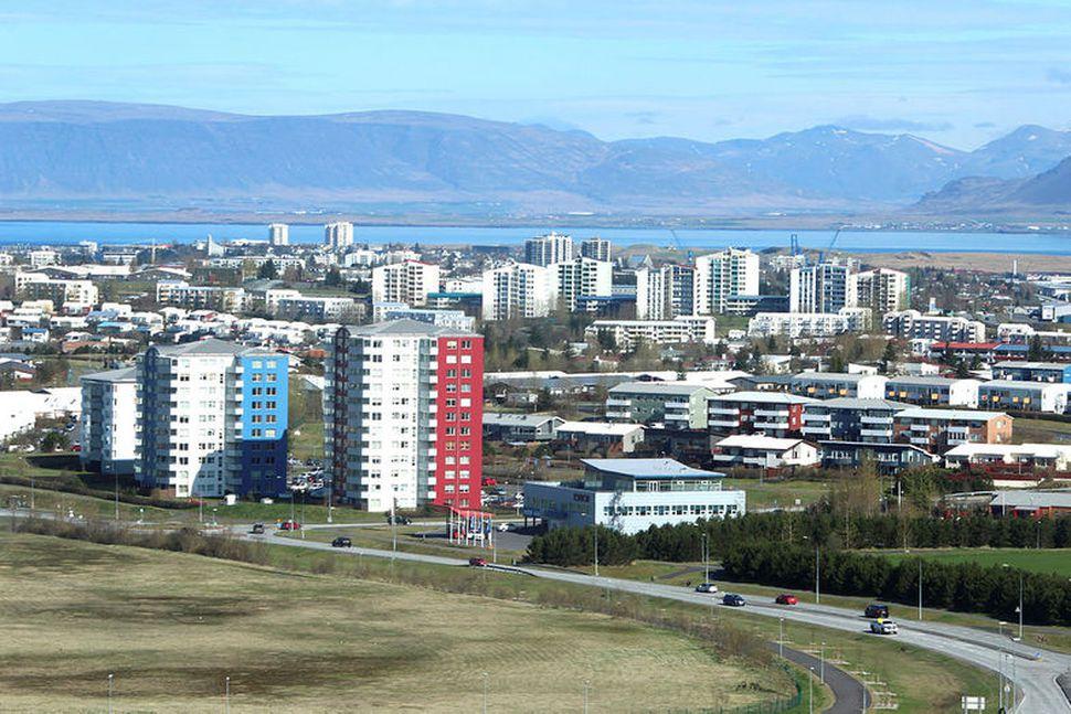 Frá höfuðborgarsvæðinu. Horft yfir efstu byggðir í Kópavogi, Reykjavík í ...