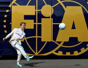 Nico Rosberg leikur sér að fótbolta fyrir æfinguna í Spielberg í morgun.