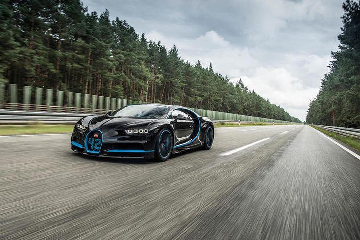 Montoya á leið til akstursmetsins á Bugatti Chiron bílnum.