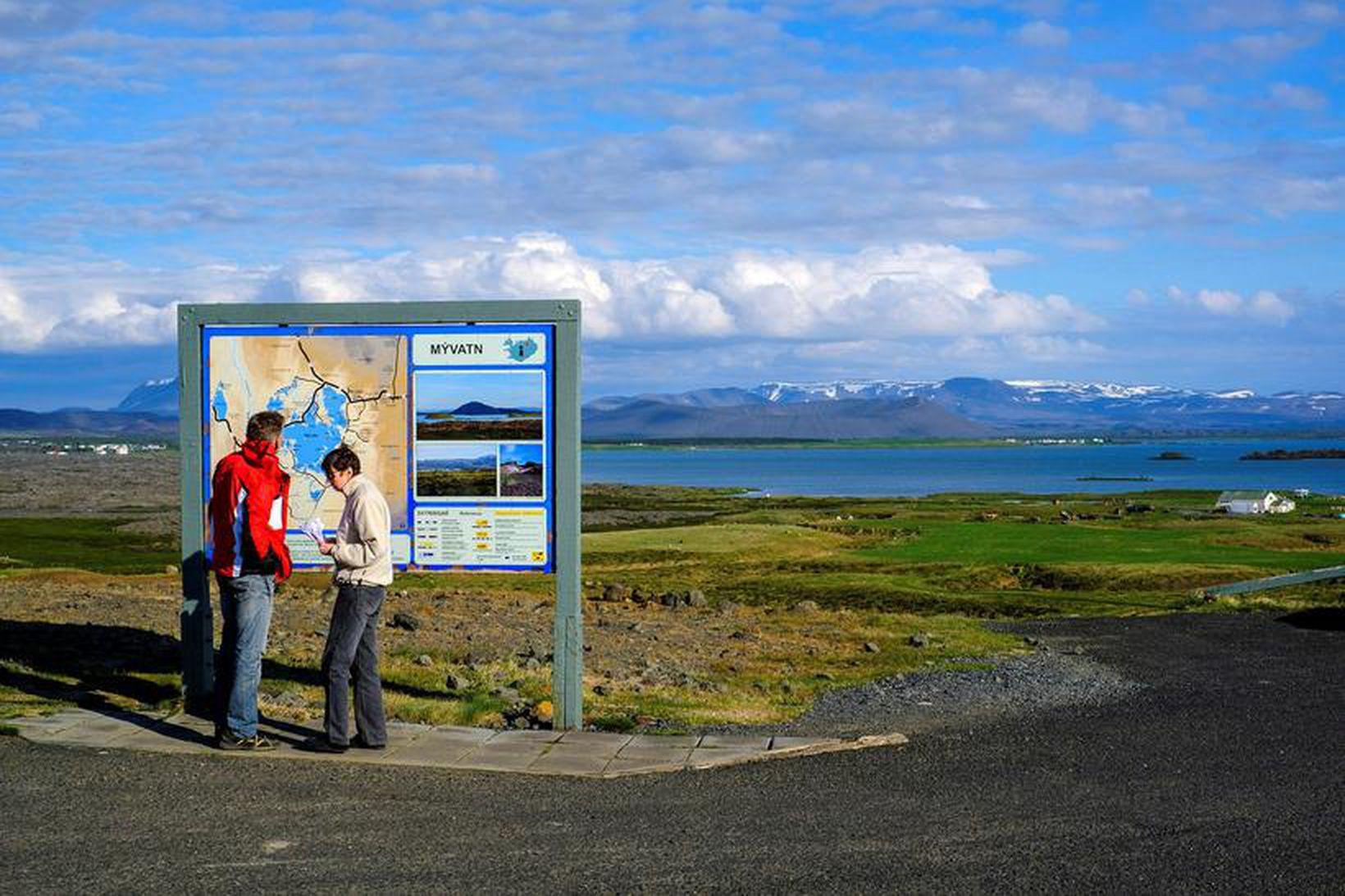 Ferðamenn við Mývatn í Skútustaðahreppi.