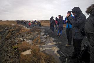 Ferðamenn á stígnum við Gullfoss eftir að mölin hafði verið sett á hann.