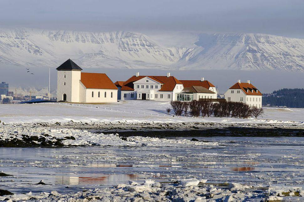 Til stendur að gera breytingar á bílastæðamálum og aðkomu að ...