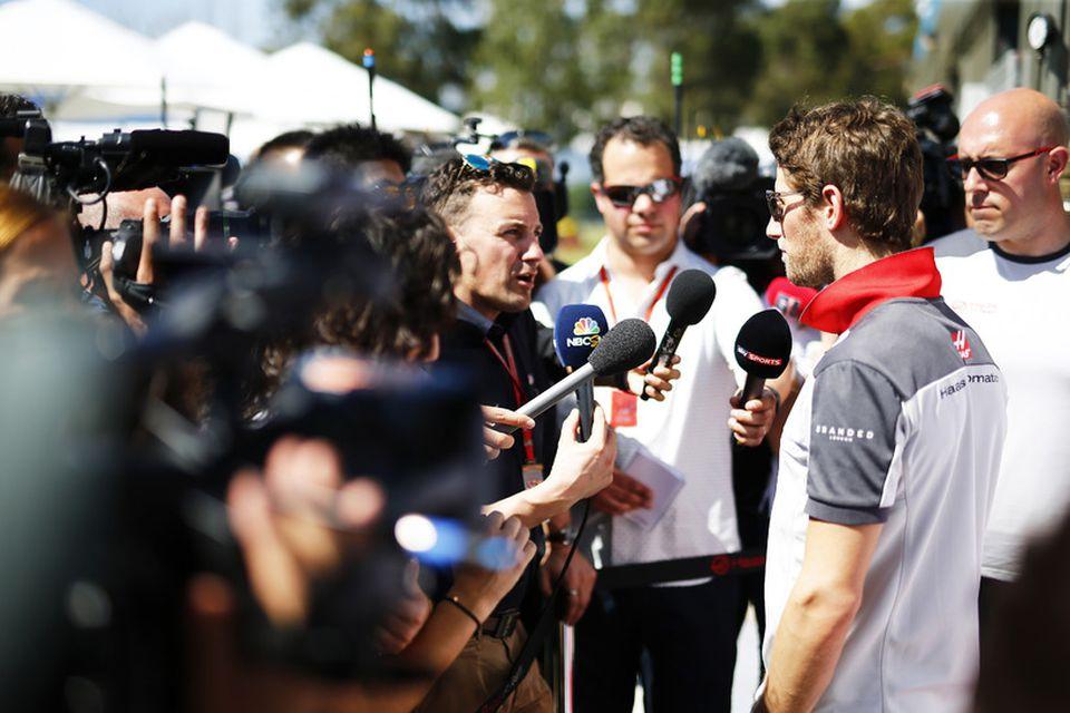 Romain Grosjean umsetinn blaðamönnum í bílskúrareininni í Melbourne.