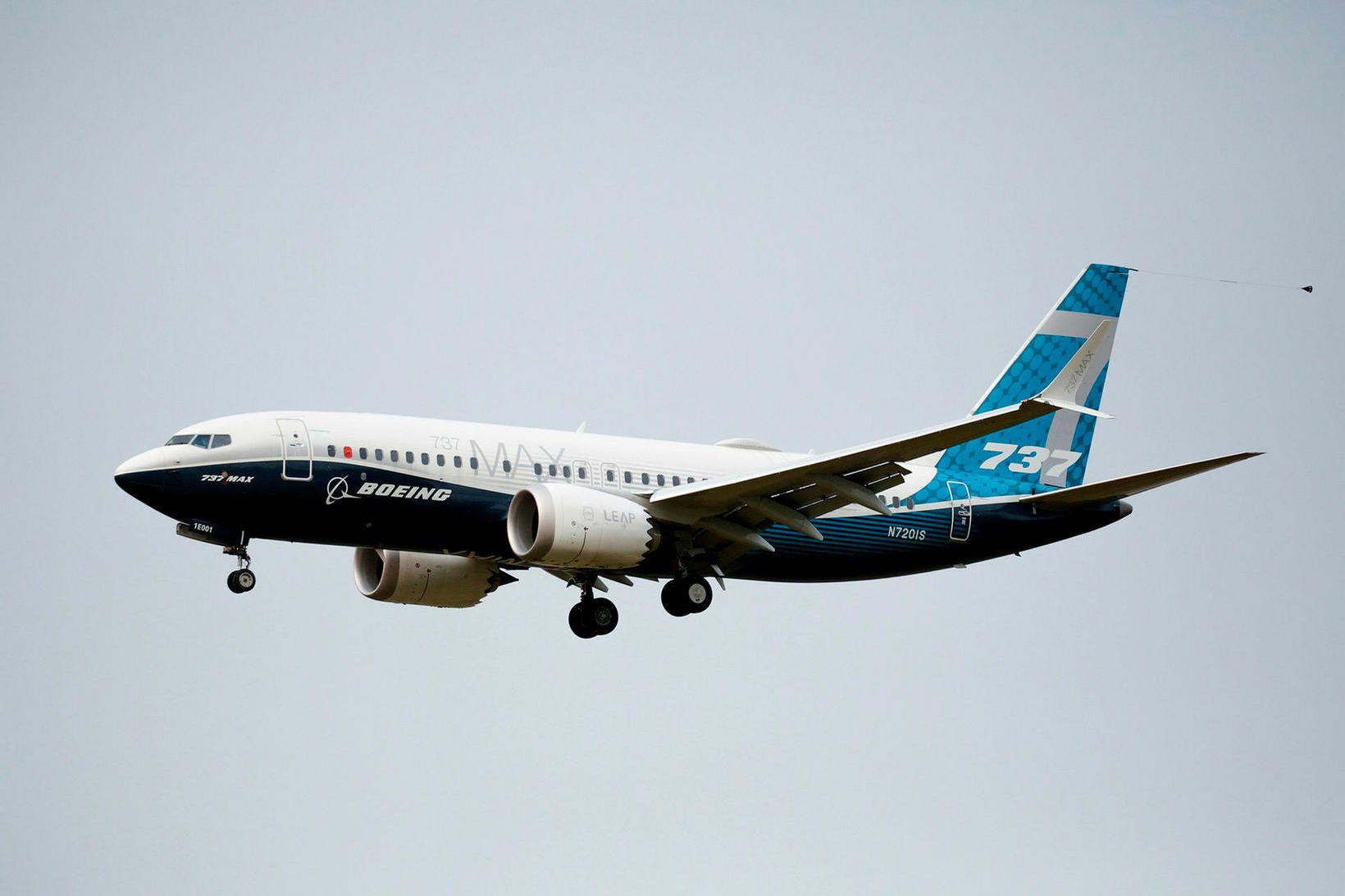 Boeing 737 MAX-vél á flugi.