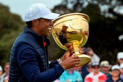 Tiger Woods með Forsetabikarinn.