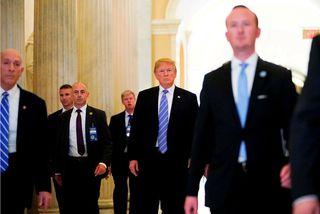 Donald Trump Bandaríkjaforseti og þingmenn Repúblíkana eftir fundinn í gær.