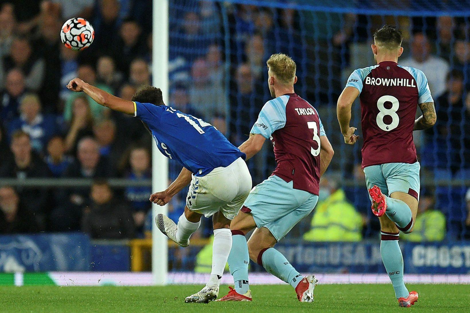 Andros Townsend skorar fyrir Everton í kvöld.