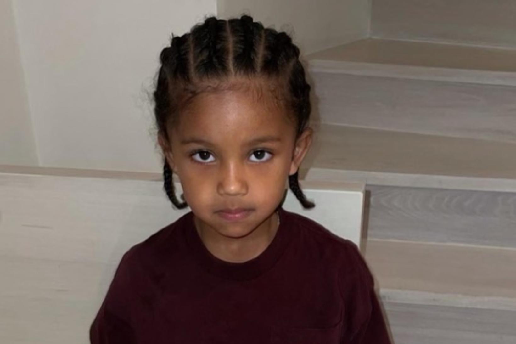 Saint West er eldri sonur Kim Kardashian og Kanye West.