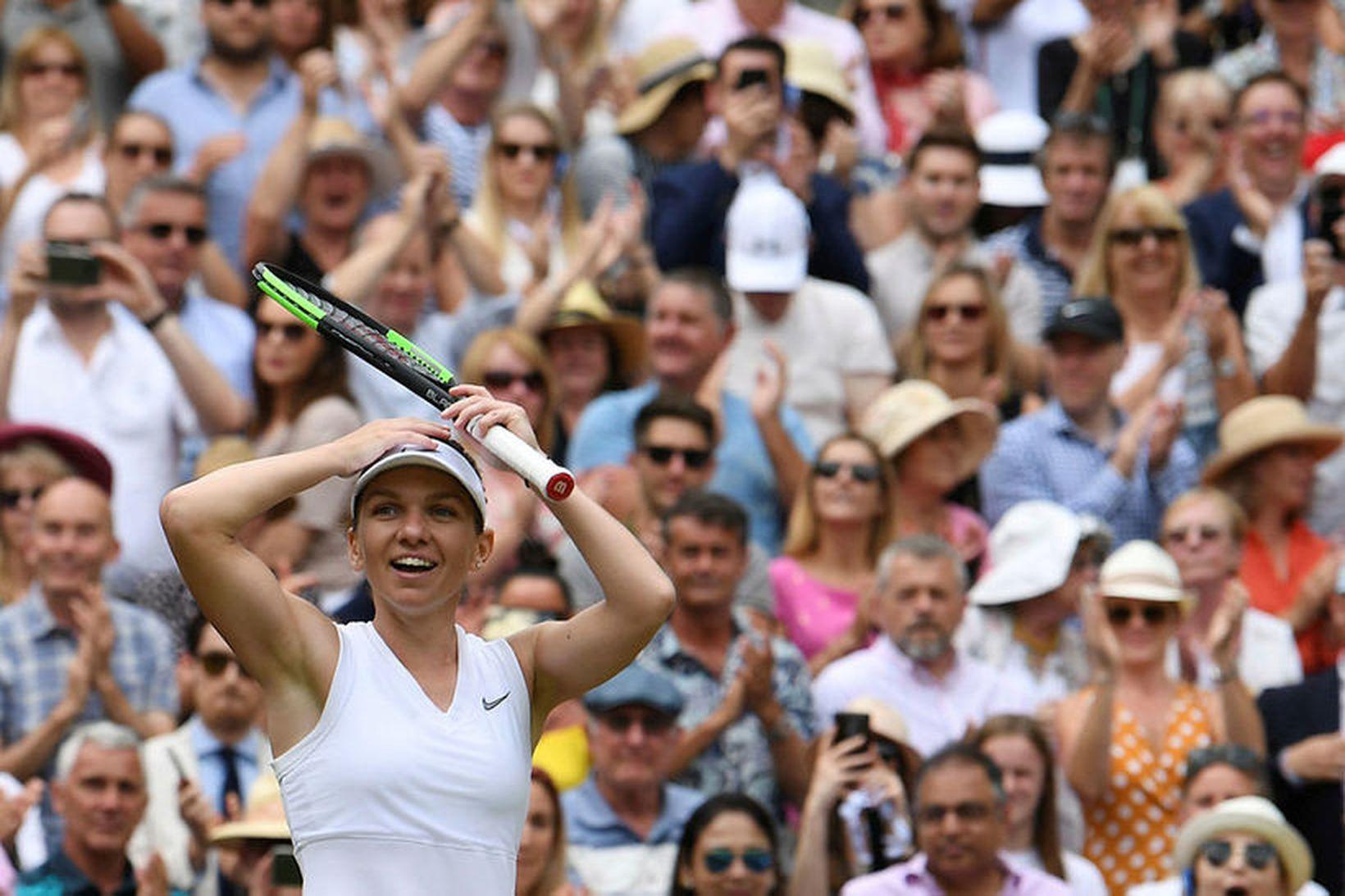 Simona Halep fagnar sigri í einliðaleik á Wimbledon í fyrra.