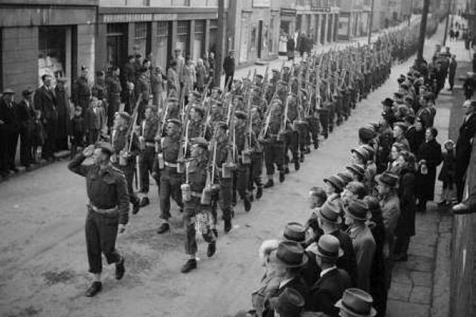 Breskur herflokkur marserar í Hafnarstræti árið 1941.