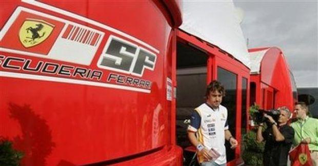 Alonso við mótorheimili Ferrari.