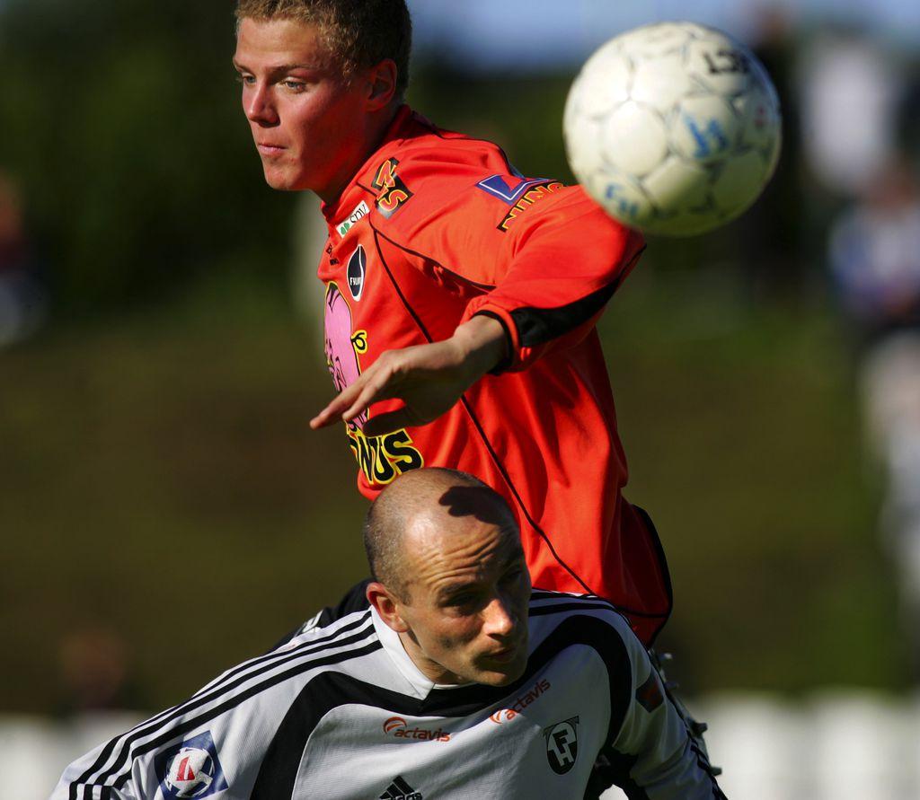 Ragnar Sigurðsson lék síðast með Fylkismönnum árið 2006 og hér á hann í höggi við Tryggva Guðmundsson í leik gegn FH.