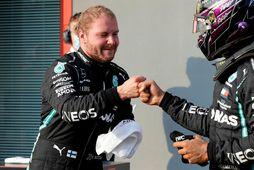 Valtteri Bottas (t.v.) tekur við hamingjuóskum frá Lewis Hamilton eftir tímatökuna í Imola.