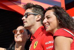 Allar vildu meyjarnar kveðið hann. Charles Leclerc stillir sér upp með aðdáendum í Monza í ...