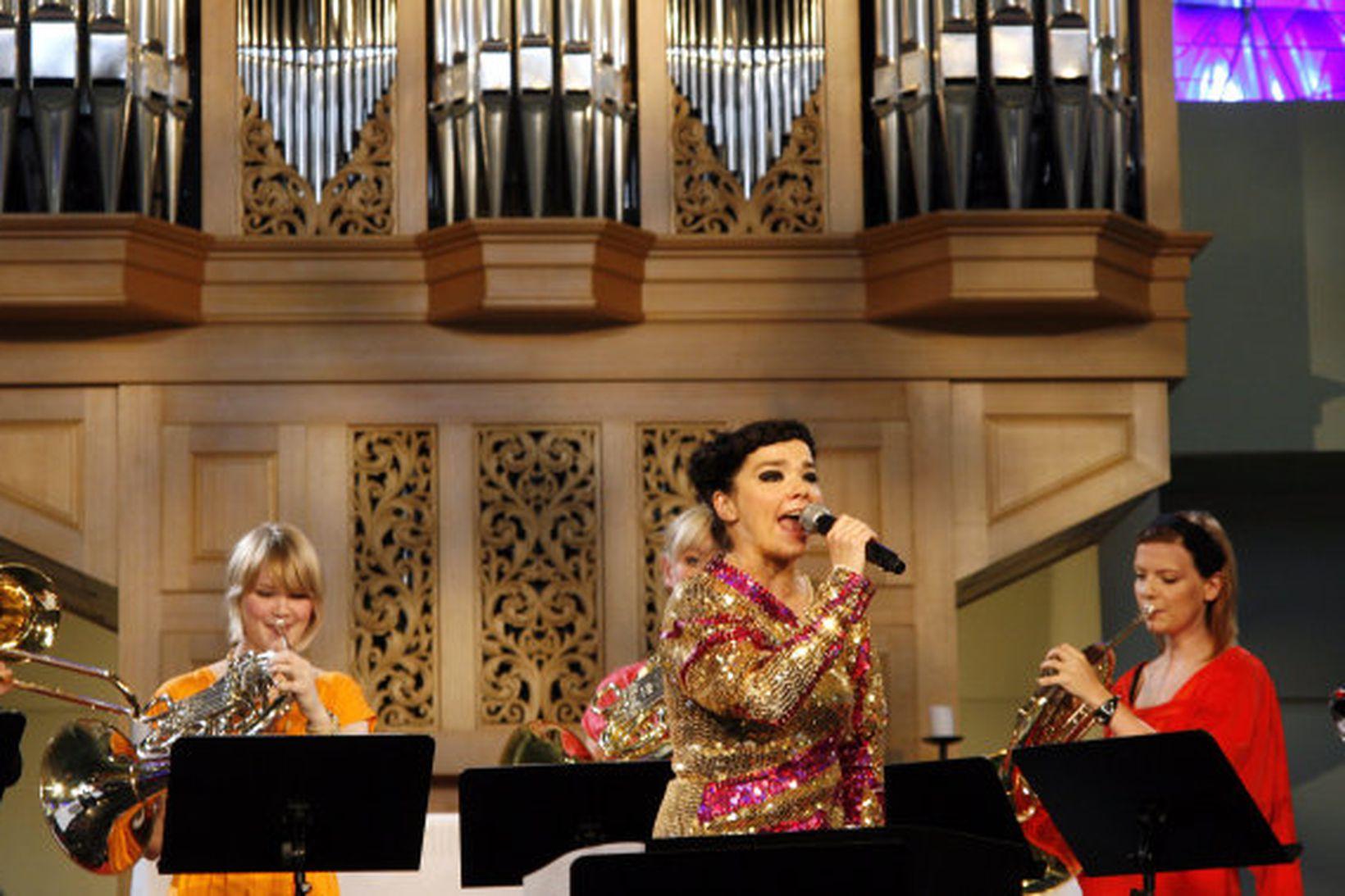 Björk Guðmundsdóttir með hljómsveit í Langholtskirkju.