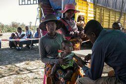 Barn frá Madagaskar fær bólusetningu við berklum frá hjúkrunarfræðingi á vegum Lækna án landamæra.