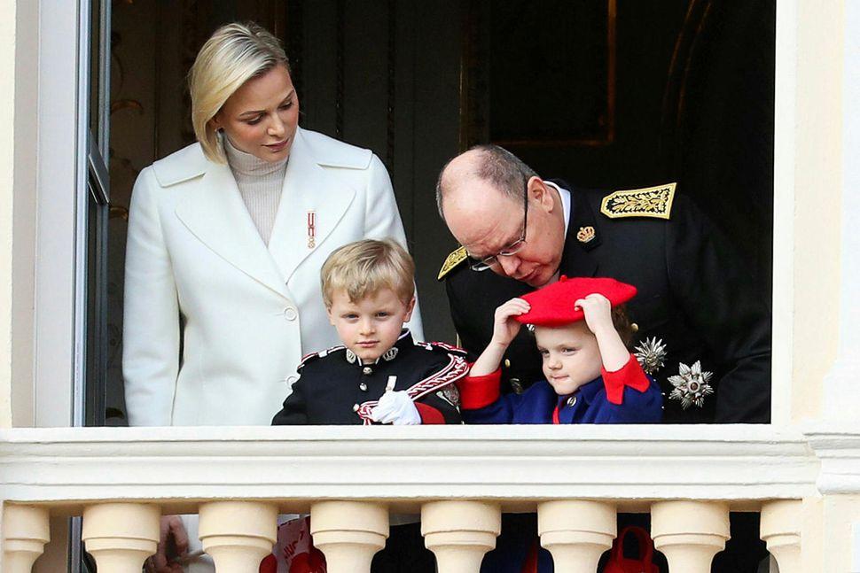 Foreldrarnir Charlene og Albert II Mónakófursti ásamt tvíburunum Jacques og ...