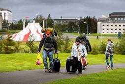 Klyfjaðir og kappklæddir ferðalangar í Reykjavík.