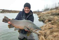 Jóhannes Hinriksson með urriðann væna sem hann fékk í Ytri-Rangá, 81 cm og 7,6 kg. …