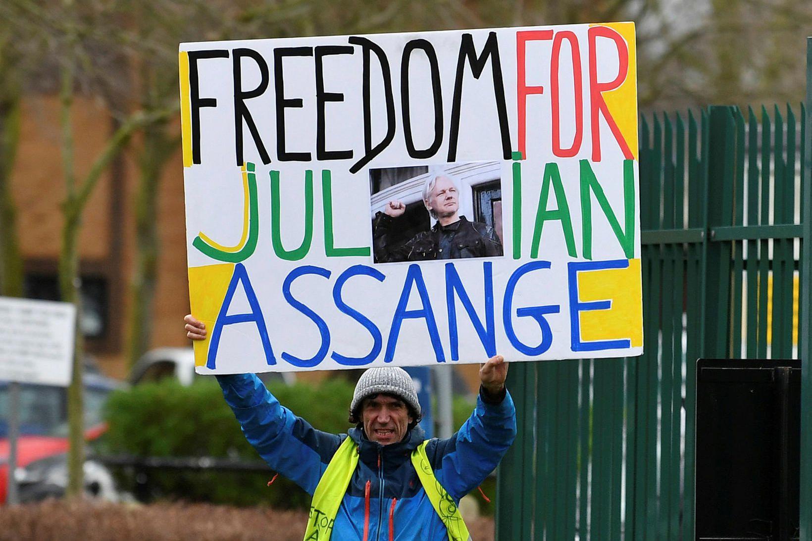 Lögmenn Assange lögðu fram kvörtun yfir þeirri meðferð sem hann …