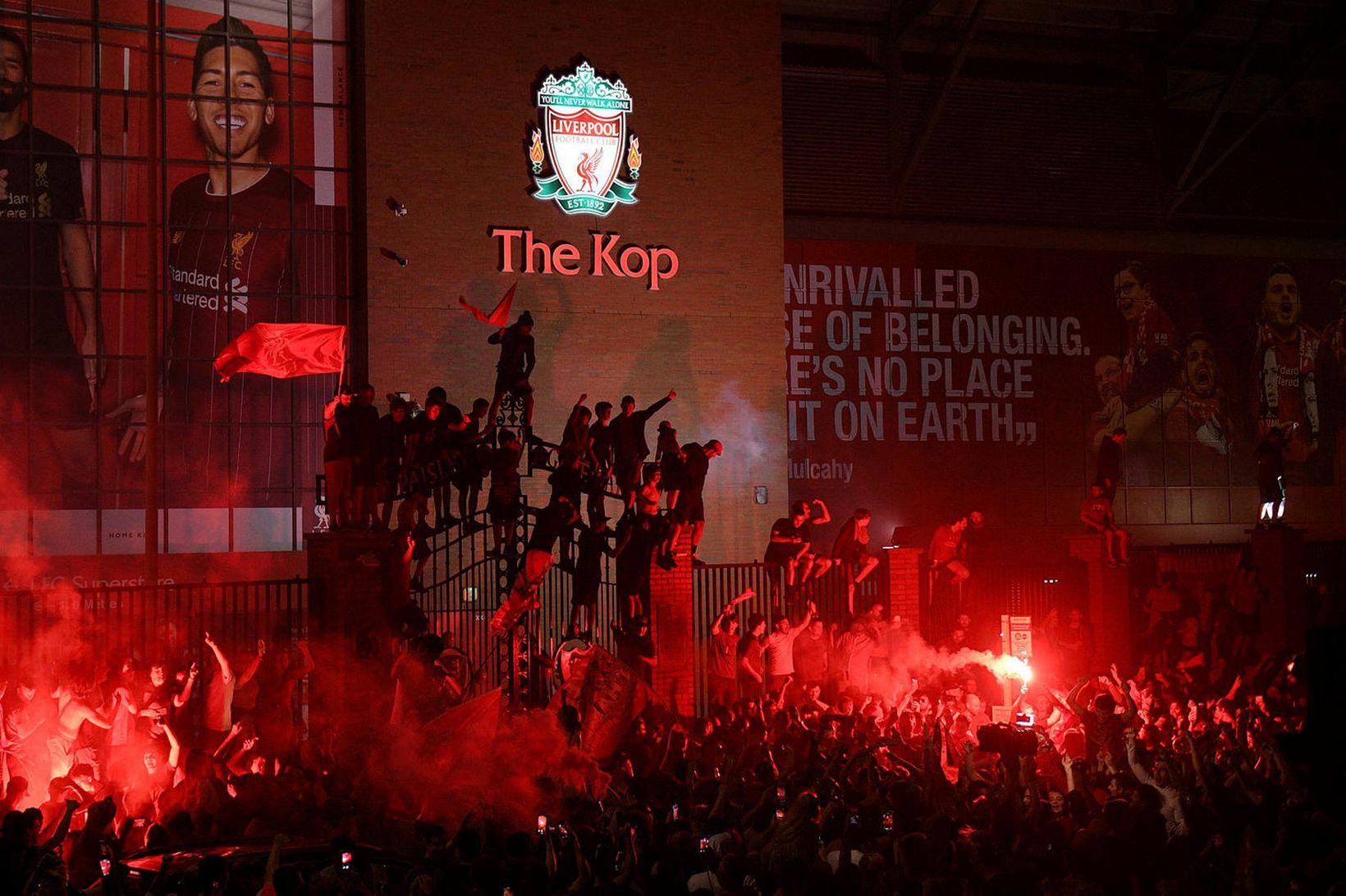 Stuðningsmenn Liverpool halda áfram að fjölmenna fyrir utan Anfield til …