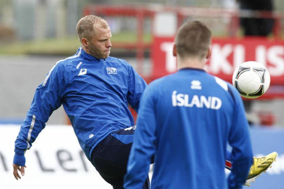Eiður Smári Guðjohnsen hitar upp á Laugardalsvelli.