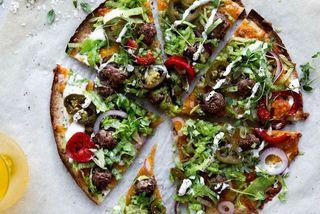 Ljúffeng pizza með bollum og rifnum cheddarosti.