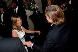 Jennifer Aniston og Brad Pitt voru glöð þegar þau hittust baksviðs.