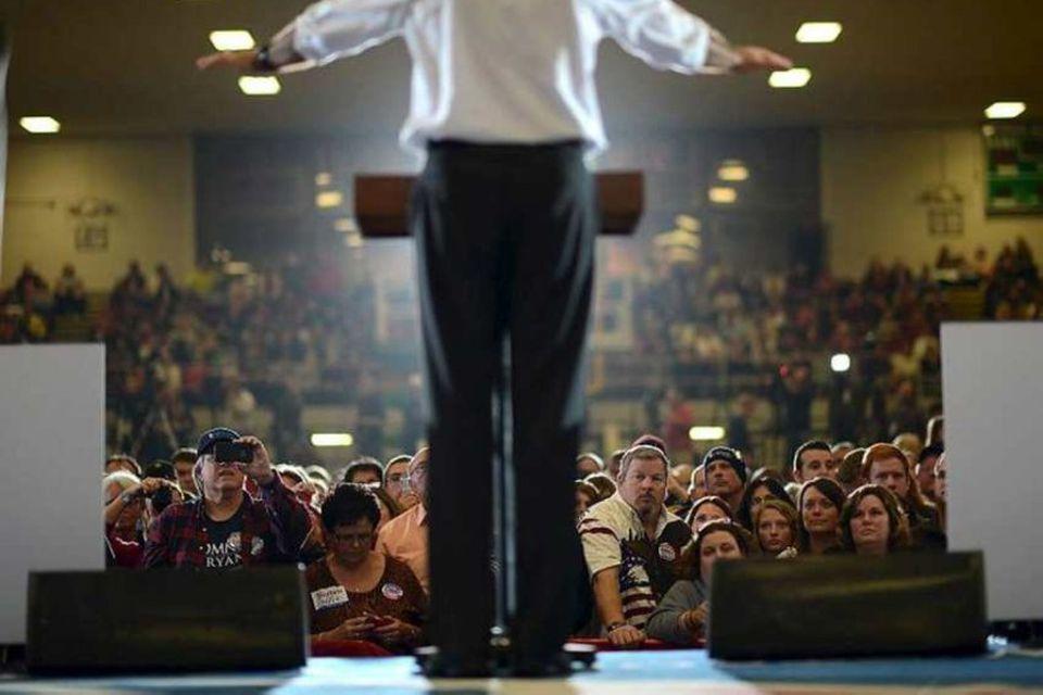 Endalausir fundir. Endalausar samkomur. Mitt Romney messar yfir stuðingsmönnum sínum úr hópi fyrrverandi hermanna í …