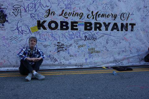 Gunnar Valgeirsson, fréttaritari Morgunblaðsins í Los Angeles, við minnisvarðann um Kobe Bryant hjá Staples Center.