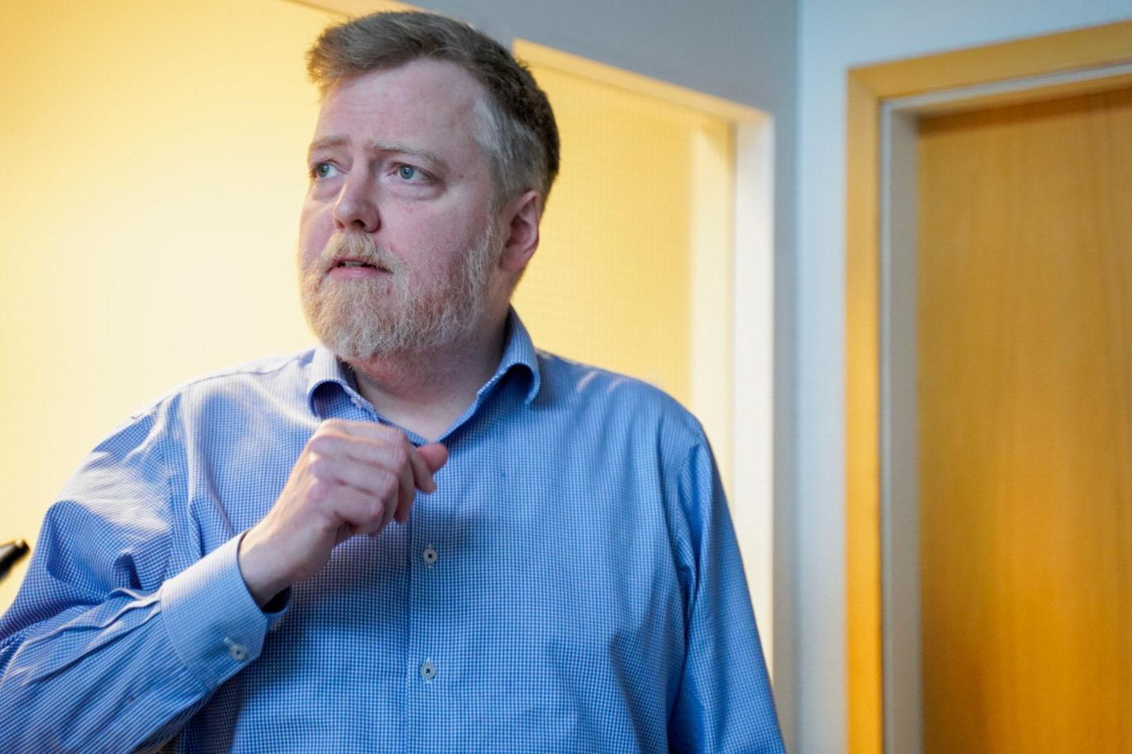 Sigmundur Davíð fyrir utan fund stjórnarinnar í dag.