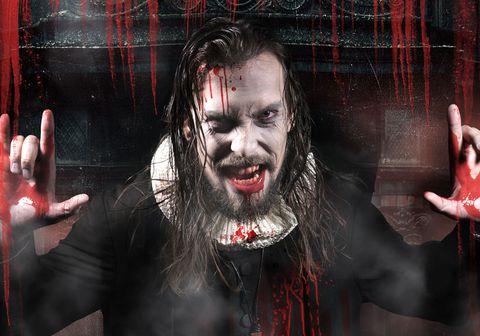 Söngvarinn  Stefán Jakobsson hér sem blóðugi presturinn í Halloween Horror Show.