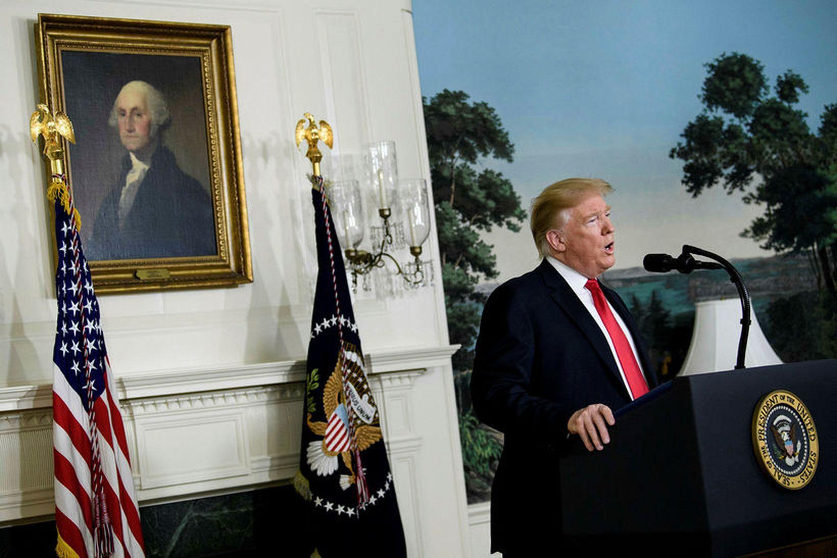 Donald Trump Bandaríkjaforseti flytur yfirlýsingu í Hvíta húsinu. Ásigkomulag byggingarinnar …