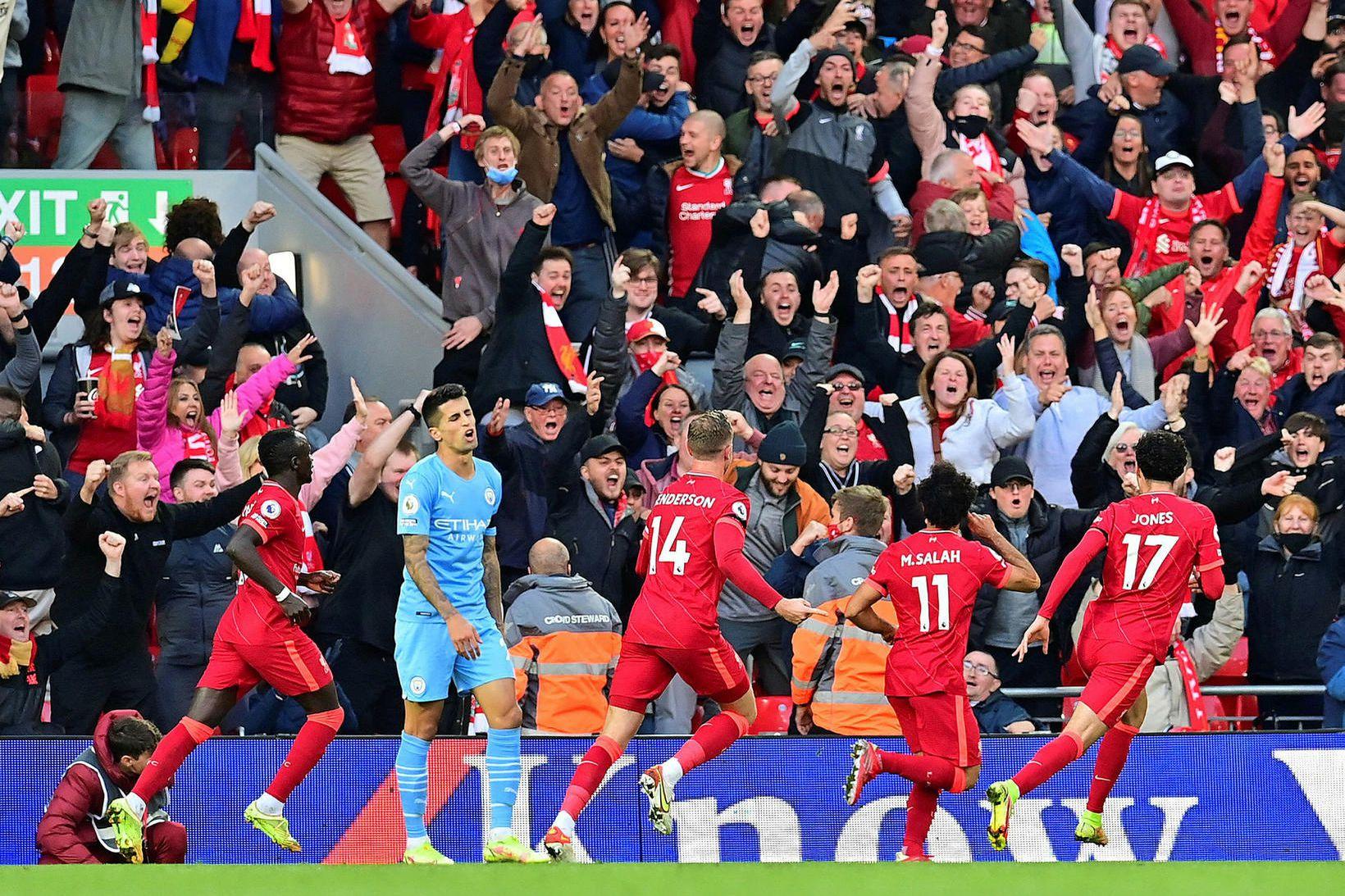Leikmenn Liverpool fagna stórkostlegu marki Mohamed Salah.