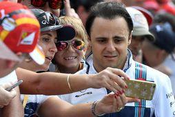 Felipe Massa sinnir aðdáendum í Melbourne.