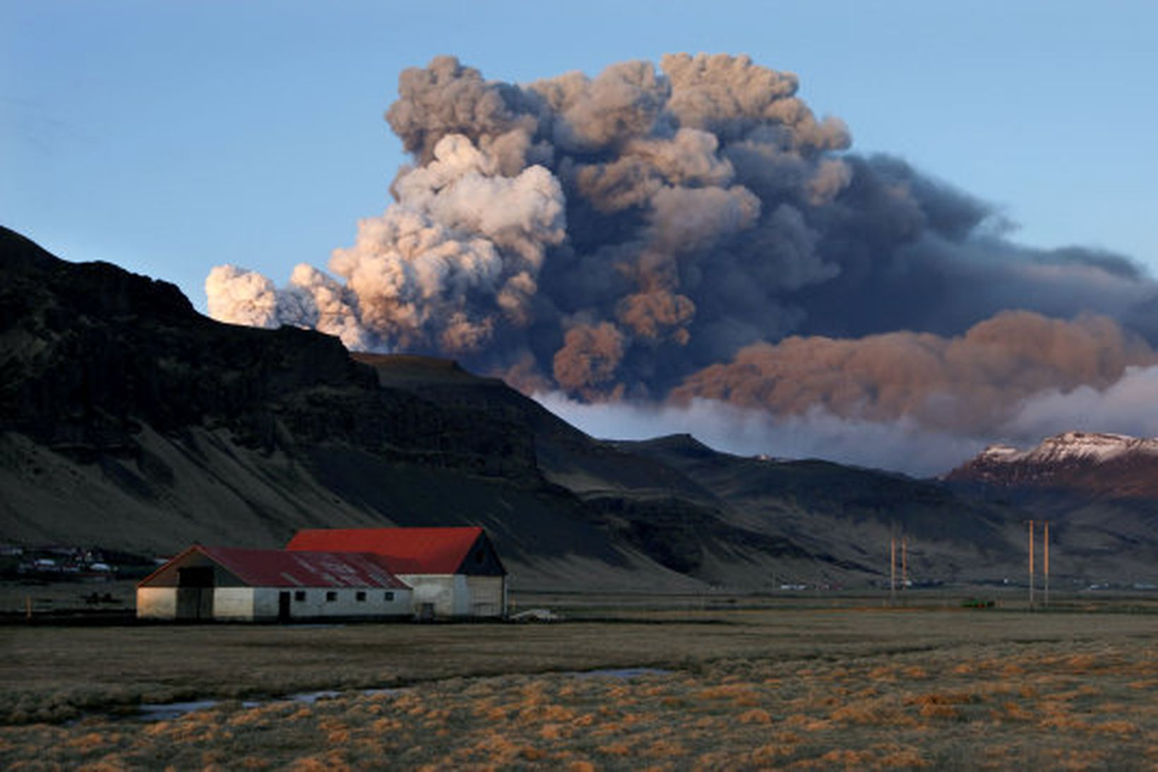 Gríðarlegt öskufall er undir Eyjafjöllum.