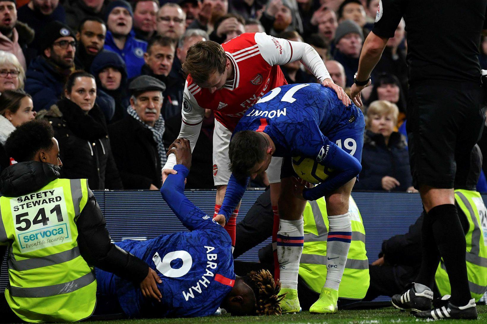 Tammy Abraham liggur meiddur úti við auglýsingaskilti á Stamford Bridge …