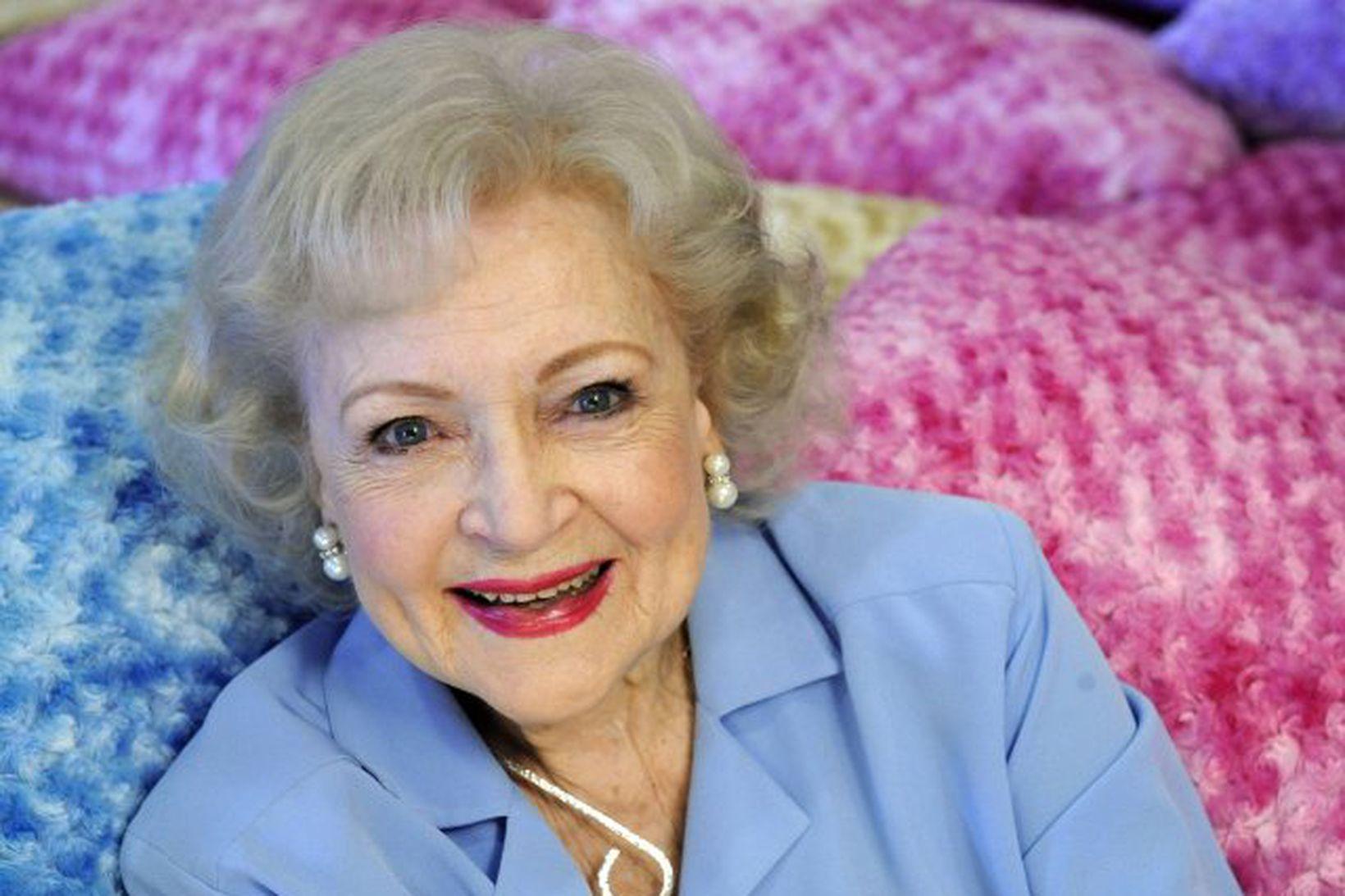 Betty White er 99 ára í dag. Þessi mynd af …
