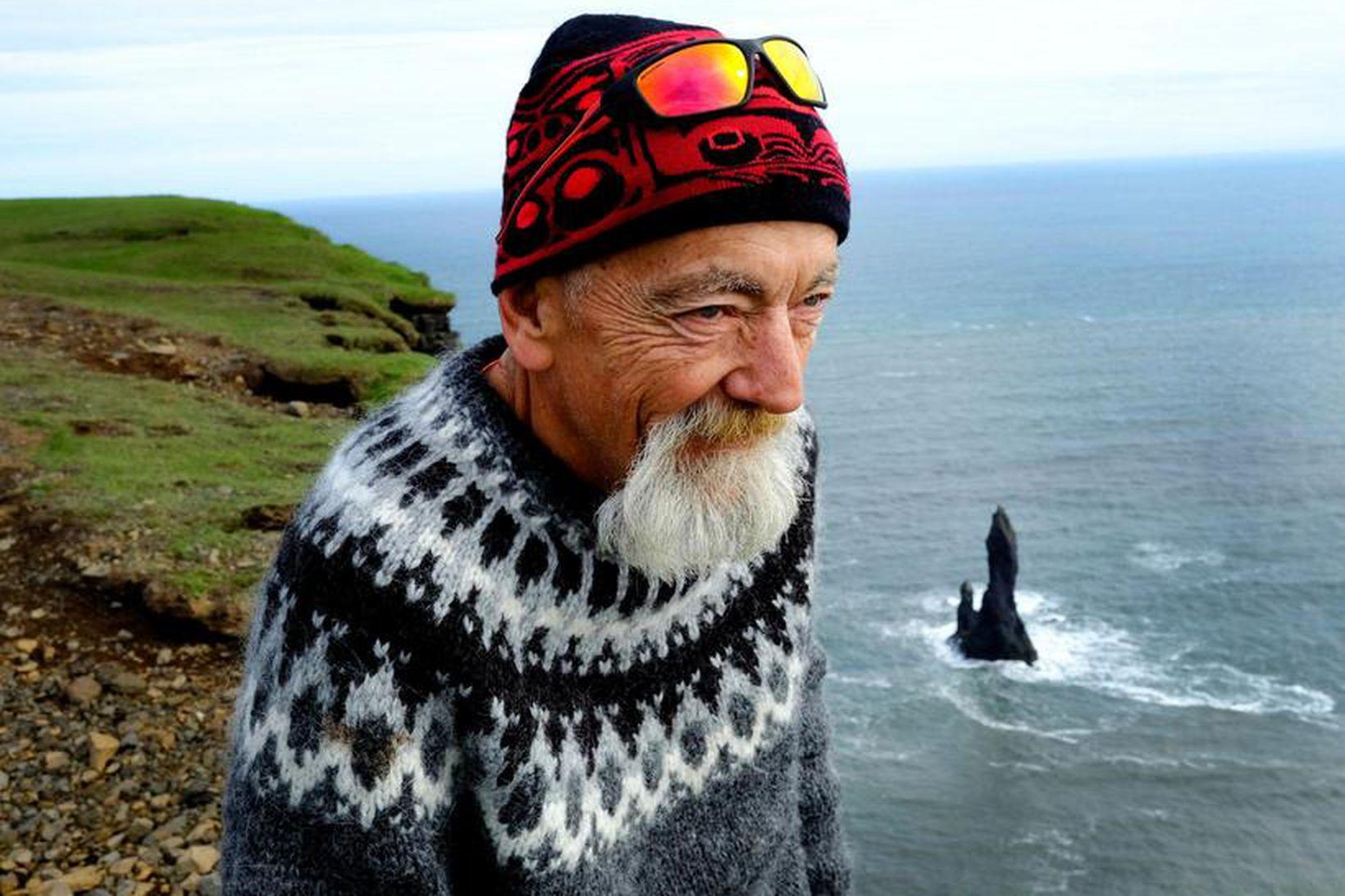 Grampa Dave nýtur sín hátt uppi á Reynisfjalli. Þaðan er …