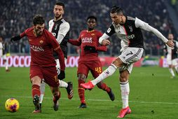 Cristiano Ronaldo skýtur að marki Roma í leiknum í gærkvöld.