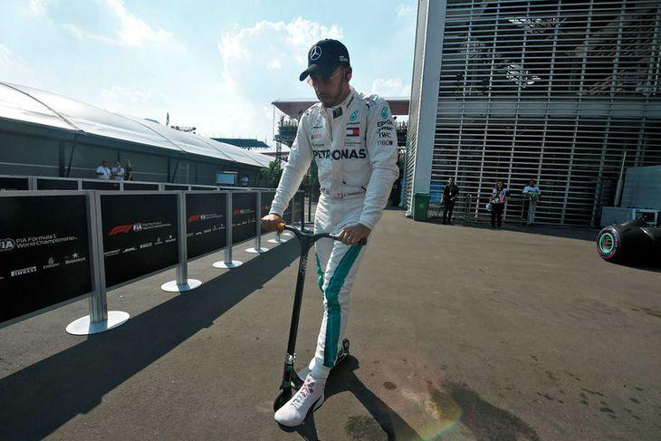 Lewis Hamilton ferðaðist um að tjaldabaki í Mexíkó á rafknúnu hlaupahjóli.