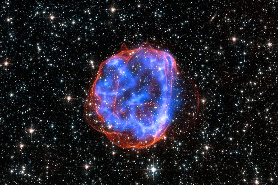 SNR E0519-69.0. Þegar massamikil stjarna í Stóra-Magellanskýiinu sprakk sem sprengistjarna skildi hún eftir sig leifar …