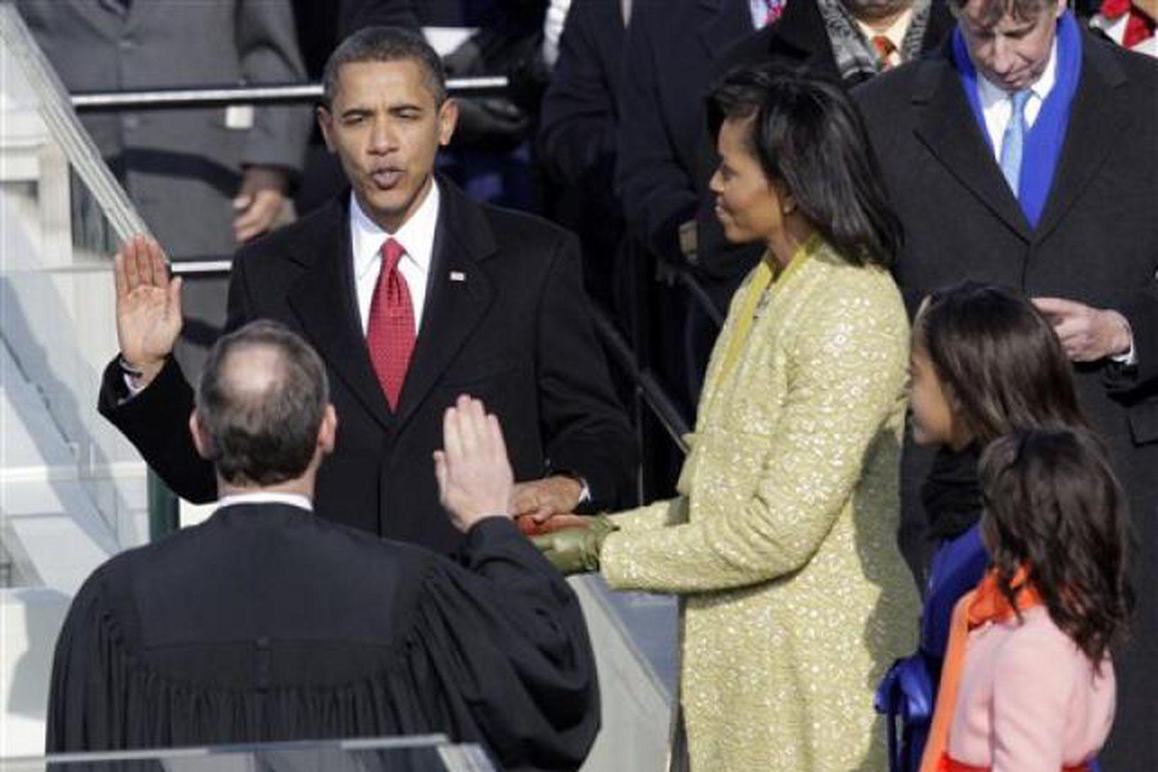 Barack Obama sver embættiseiðinn. Michelle eiginkona hans og dætur þeirra …
