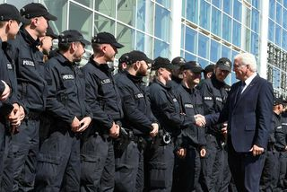 Frank-Walter Steinmeier, forseti Þýskalands, heilsaði upp á lögregluþjóna í morgun.