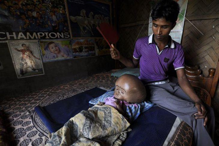 Faðirinn Abdul Rahman situr hjá Roonu.