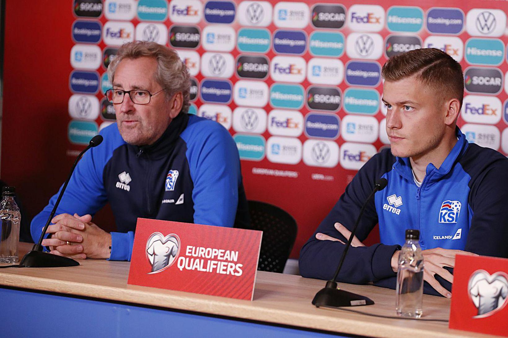 Alfreð Finnbogason og Erik Hamrén ræða málin á fréttamannafundi.