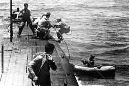 Myndin er tekin um borð í kafbátnum USS Tang í maí 1944 og sýnir björgun …