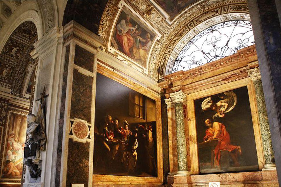 Þrjú stór málverk ertir Caravaggio eru í hinni litlu Contarelli-kapellu ...