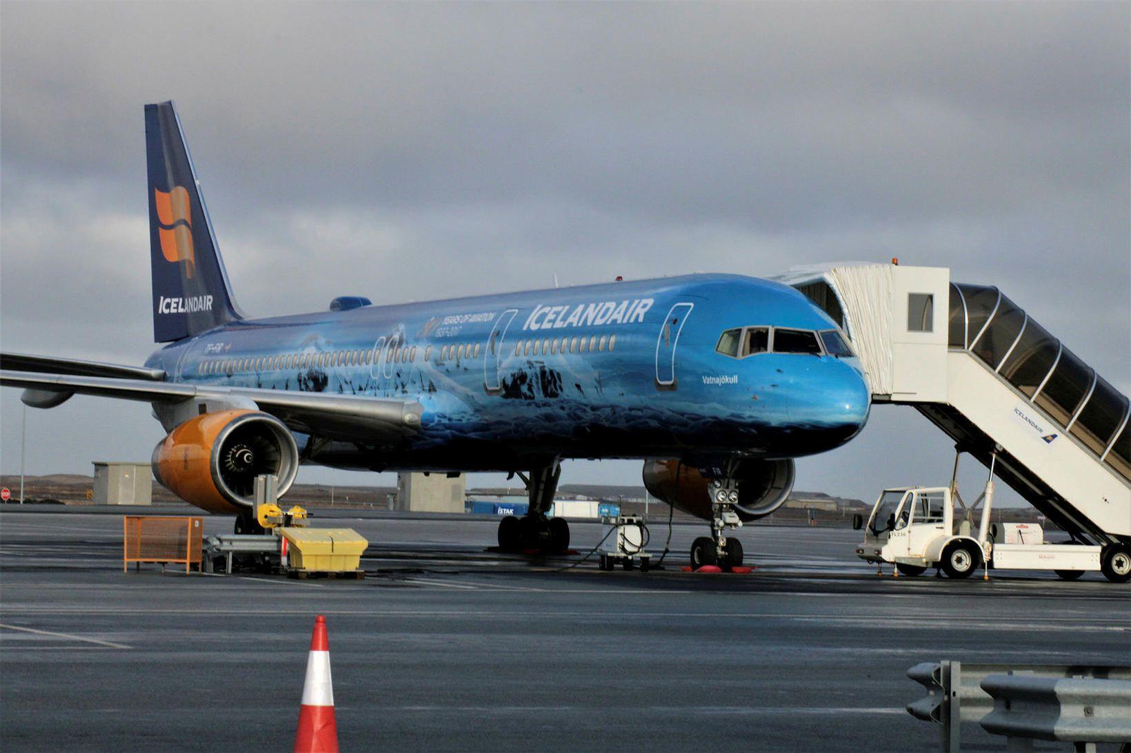 Flugvél Icelandair skammt frá Keflavíkurflugvelli. Félagið þarf nú að búa …