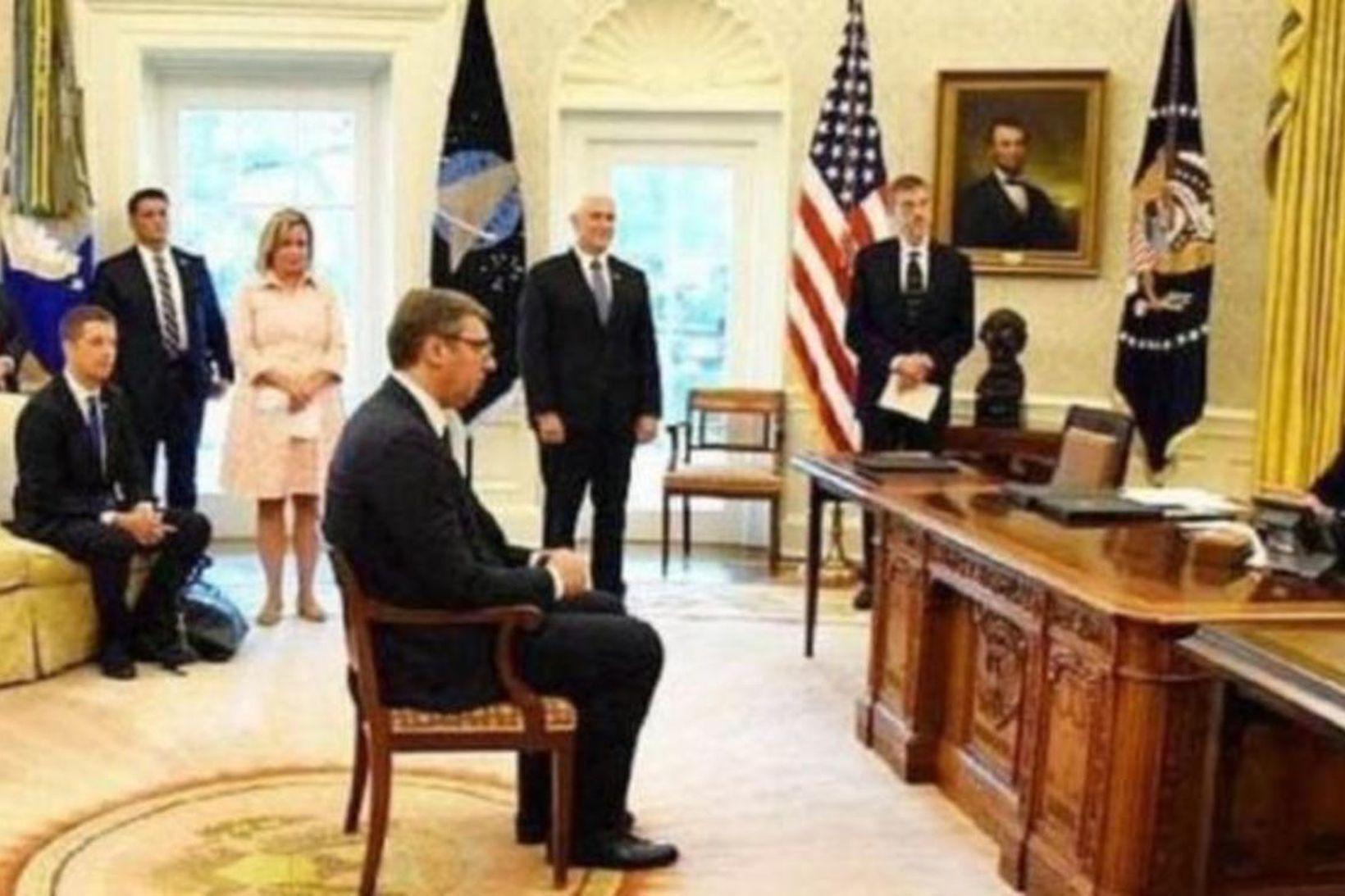 Jafningjar. Aleksandar Vucic, forseti Serbíu, situr fyrir framan Donald Trump …